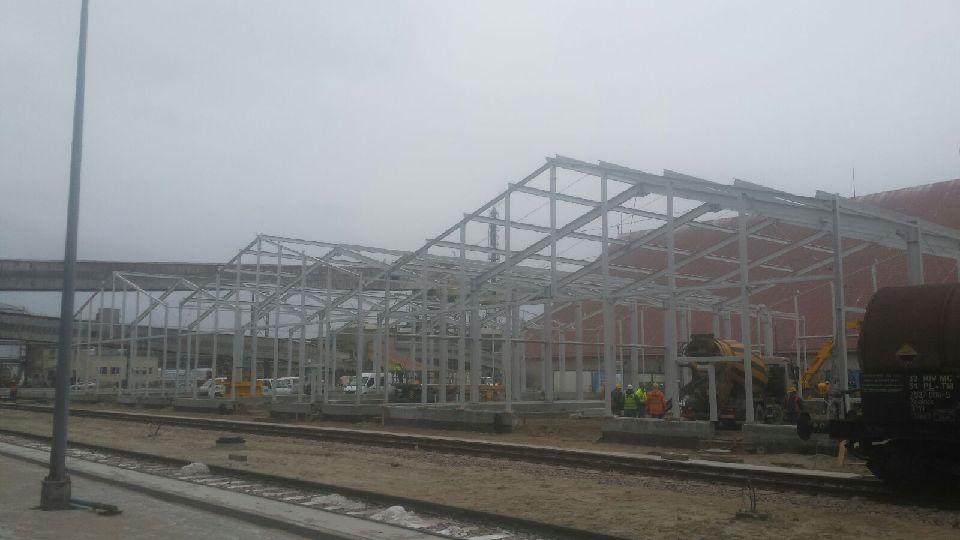 Dziś w Gdańsku rozpoczęliśmy montaż 5 hal magazynowych o wymiarach 40x20x6 o łacznej masie 100 ton.Poszycie ścian blacha trapezowa.Dach płyta warstwowa.
